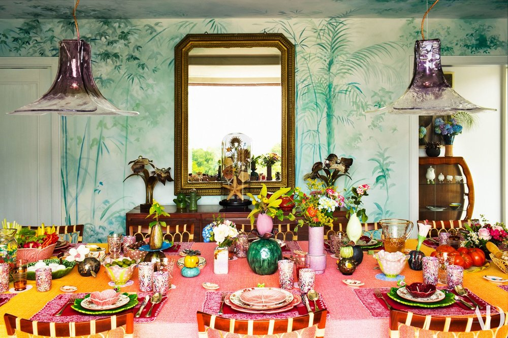 Margarita Missoni knows how to do textiles. She's also not afraid to mix shapes and colors as long as they're all from the same color family. Missoni uses a table cloth, placemats  and  chargers to add depth to a large dining table. image:  architectural digest