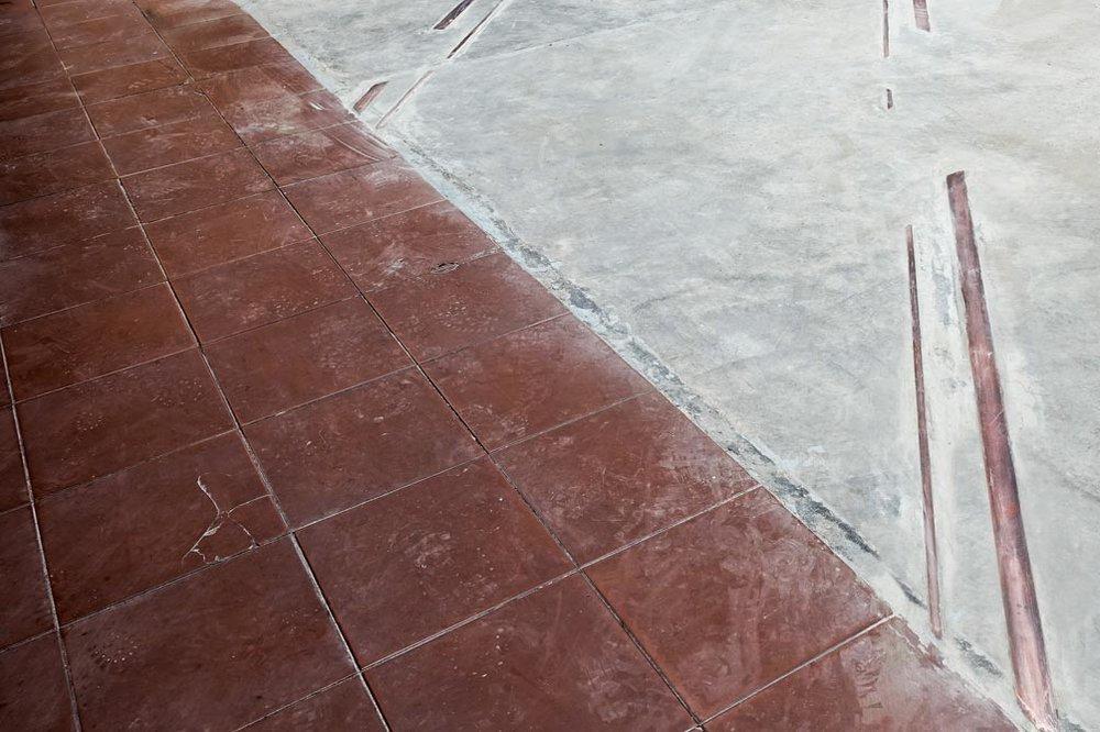 Lorena Mal (Ciudad de México 1986),  Aquellos que dijeron nuestras cosas antes que nosotros , 2018, Copper, nickel and iron train tracks with cement, 8m non continuous