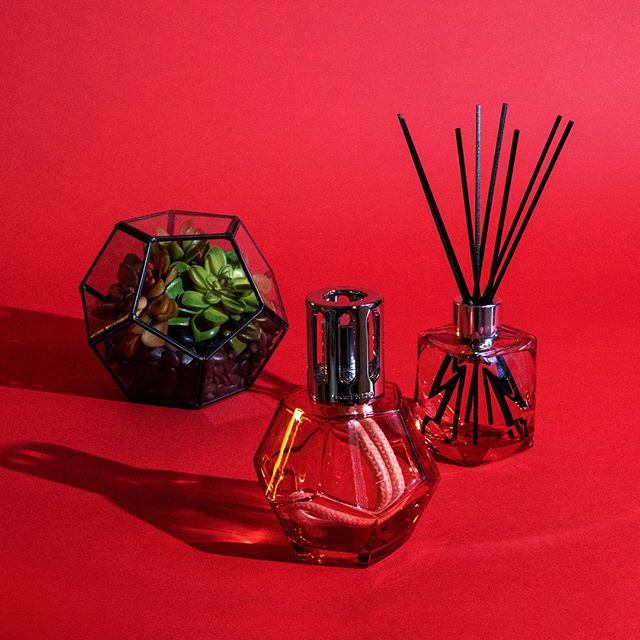 Bold, graphic style. Elegant, floral scent.  #scent #homefragrance #MaisonBergerUSA #fragrancelamp #diffusers #madeinfrance #purifyandperfume #homedecor #GeometryCollection #ParisChic #design #gifts