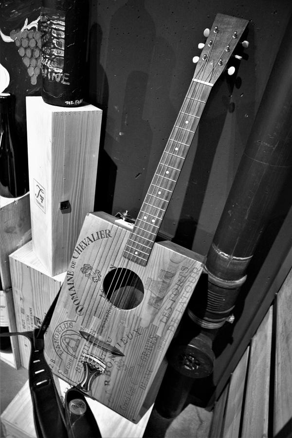 Gitarre aus Weinkisten – gesichtet in René Gabriels Keller.