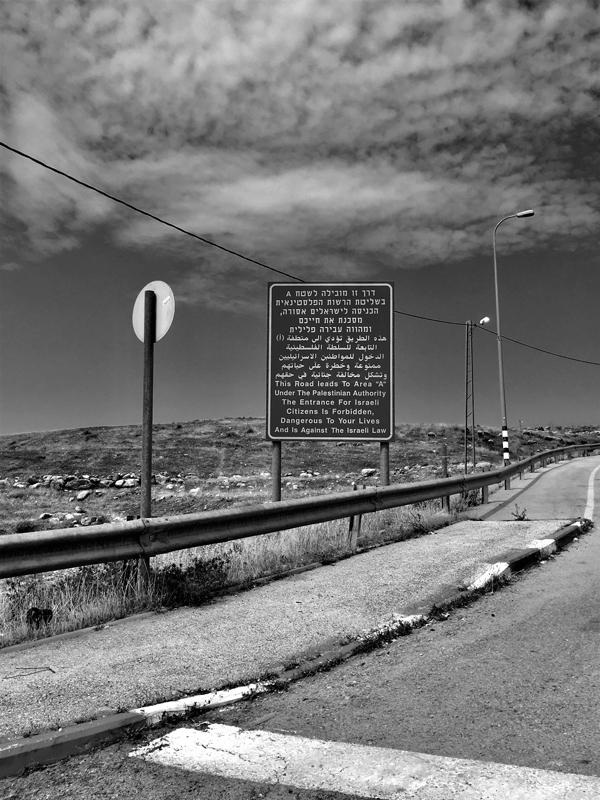 Die Tafel am Strassenrand weist daraufhin, dass man als israelischer Bürger nicht weiterfahren darf.
