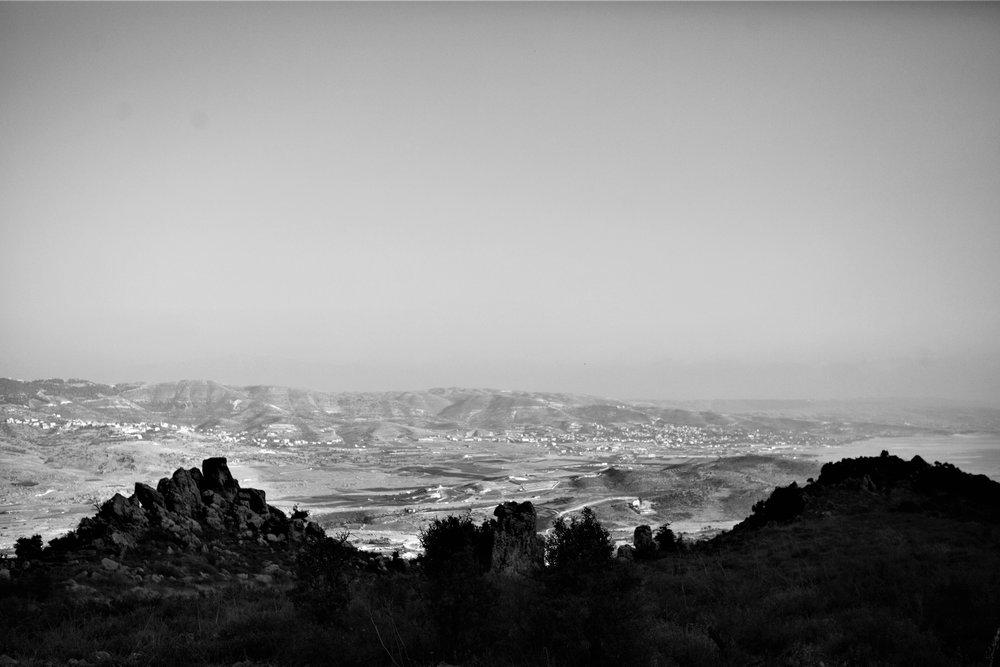 Ausblick vom Chateau Qanafar hinunter in die Bekaa Ebene. Am Horizont sichtbar Syrien.