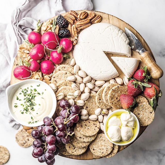 All the spring feels with this beautiful cashew cheese and accompaniments board. We're pretty excited to see the 70's this weekend and welcome Spring! Happy Spring friends, what are you most looking forward too? .. Inspiration and repost from the amazing @delight.fuel ❤️