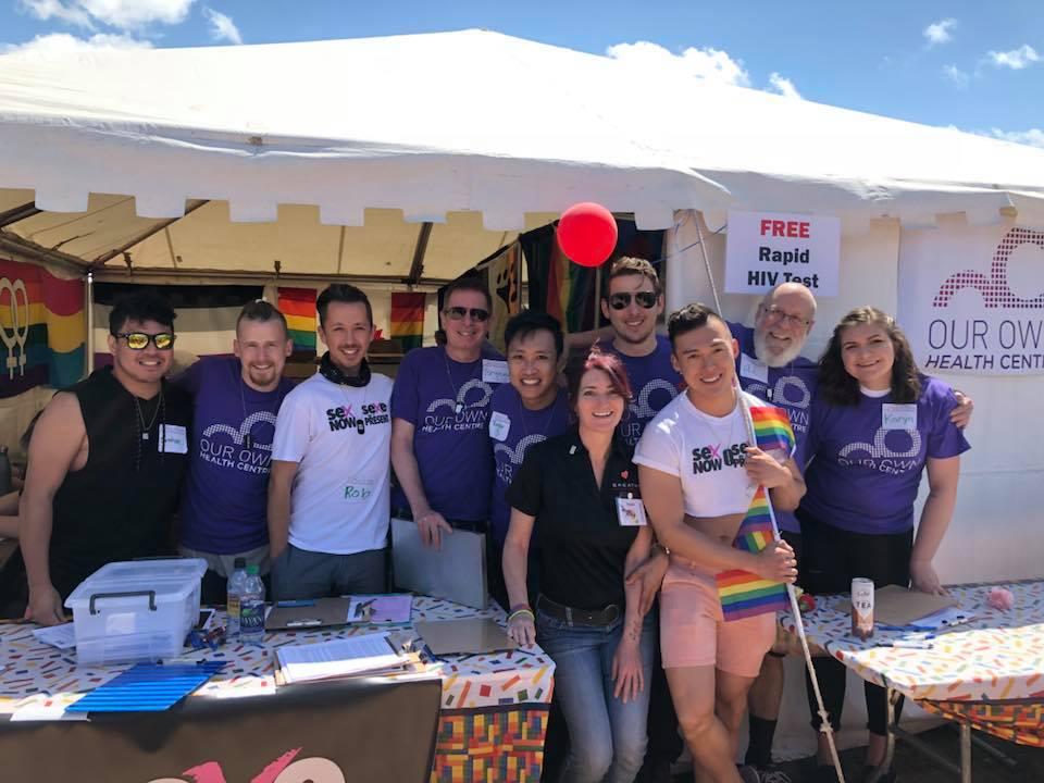 Rob Higgins, Directeur de recherche Sexe au Présent (troisième à gauche) avec une équipe de partenaires et de bénévoles lors de Winnipeg Pride ce printemps (2018)