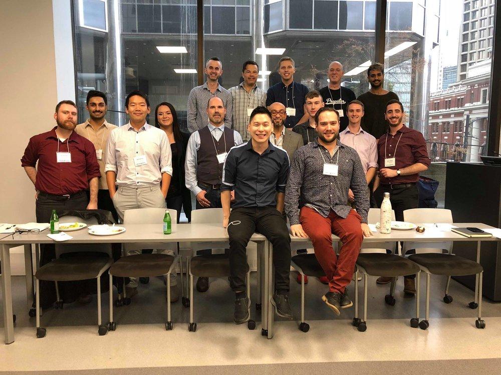 Les participants de LComm 2018 et les représentants de chez  HIM ,  CBRC  et  MHI  lors d'un repas pendant le Sommet.