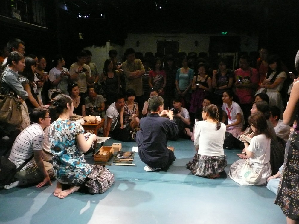 Hideta Kitazawa giving a lecture demonstration to a young public audience in Beijing at the Beijing World Theatre Festival in 2011.