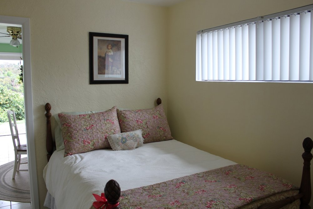 Sunflower room full bed sleeps 1 - 2