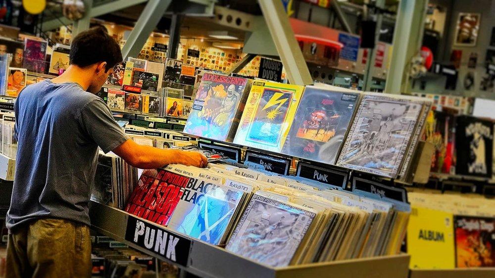 MUSIC DEALER   Comparte todo lo relacionado con el mundo de la música (CD´s, Vinilos, Merchandising...) en un punto de intercambio gratuito en el que podrás canjear tu camiseta de Metallica por una cinta de Camela... ¿Vienes?