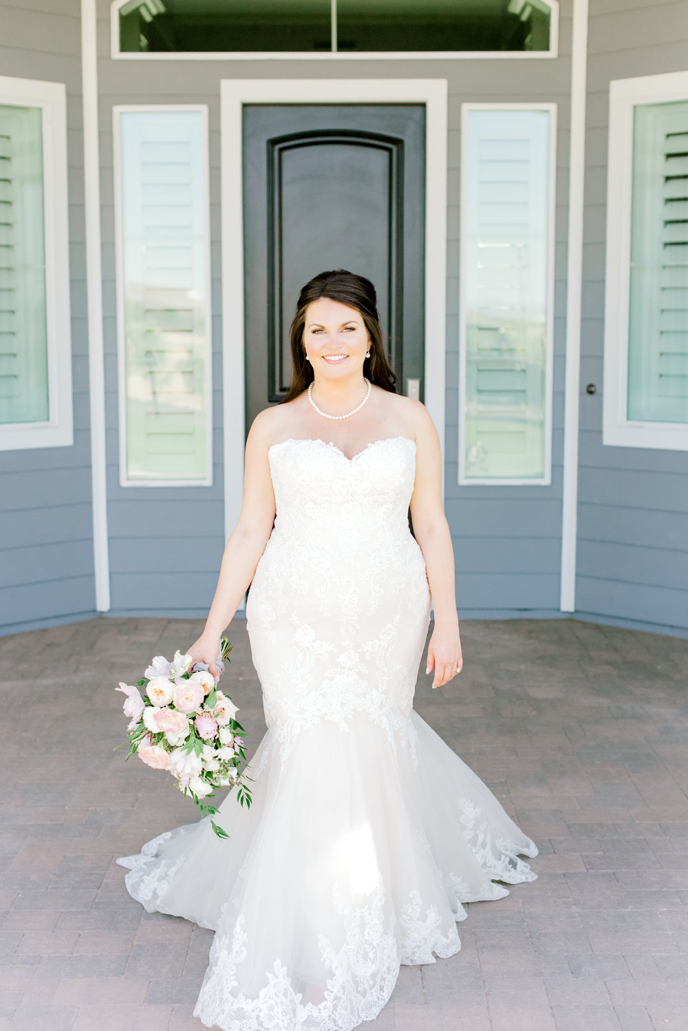 Blush and white backyard wedding - Bridal Portraits