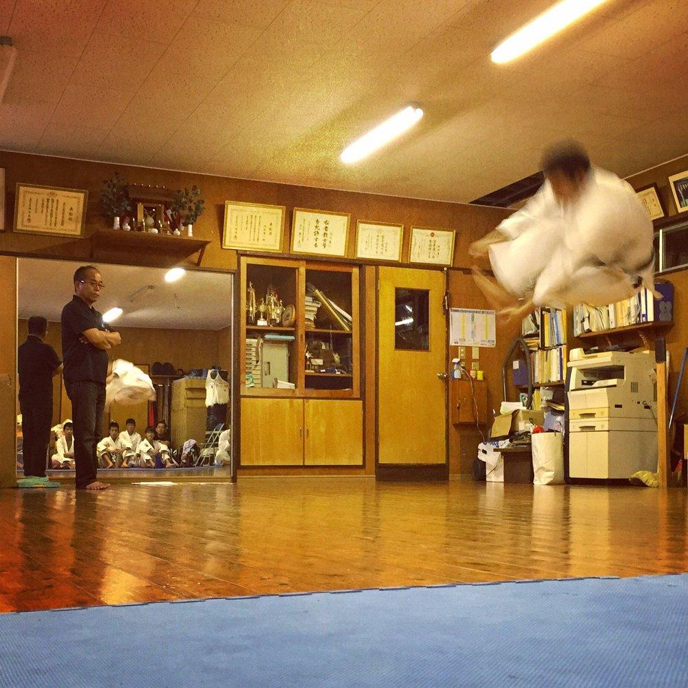 Oba sensei practices Unsu kata under the watchful eye of USKU Director Fukamizu hanshi. Oba sensei travels and competes internationally despite being blind. An inspiration!