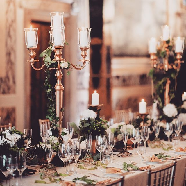 Ivy on golden candelabras by @prettyflowers.fioreriasanrocco