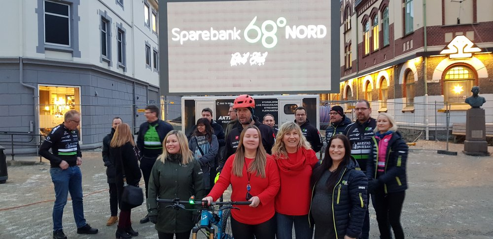 God stemning på Torvet i sentrum av Harstad. Representanter fra Sparebank 68° Nord, Sparebankstiftelsen og Harstad Cykleklubb var tilstede for å feire den historiske avtalen.