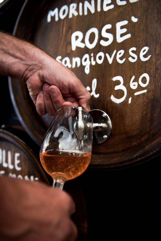 """Tenuta Moriniello - fa un vino di una qualità superiore.Dalle vigne si ricavano le uve sangiovese, canaiolo, ciliegiolo e colorino, nella migliore tradizione del Chianti, affiancati da cabernet sauvignon, cabernet franc, merlot, petit verdot, tannat e syrah, prodotti da uve impiantate in terreni con differenti altitudini, dai 250 ai 600 m s.l.m., insieme al sauvignon blanc e gewurztraminer, e tutti, grazie alle calibrate escursioni termiche, godono di aromi ricchi e intensi.I vigneti sottolineano e contraddistinguono un percorso, che è da considerarsi un modello ideale per il rispetto della natura, iniziato nel 1999, anno in cui l'azienda ha adottato il """"Disciplinare per la Certificazione Biologica"""", che poi è stata ottenuta nel 2002.www.tenutamoriniello.com"""