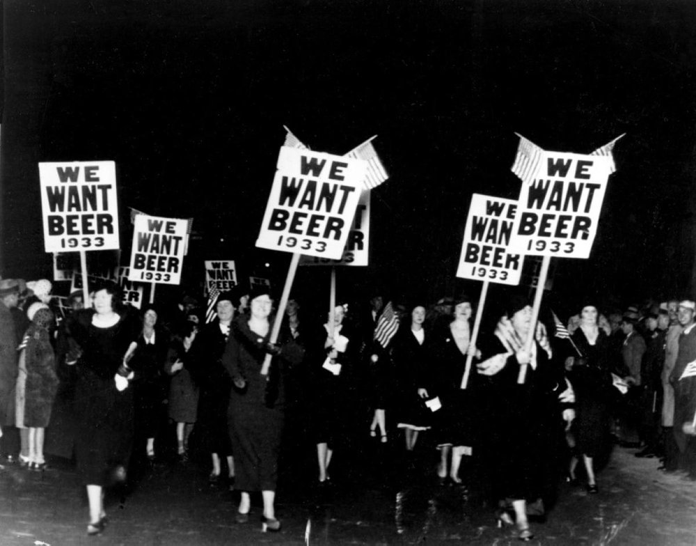La Prohibition a été largement contestée par la population. Ici, des femmes manifestent à Newark (New Jersey), parmi plus de 20 000 personnes.