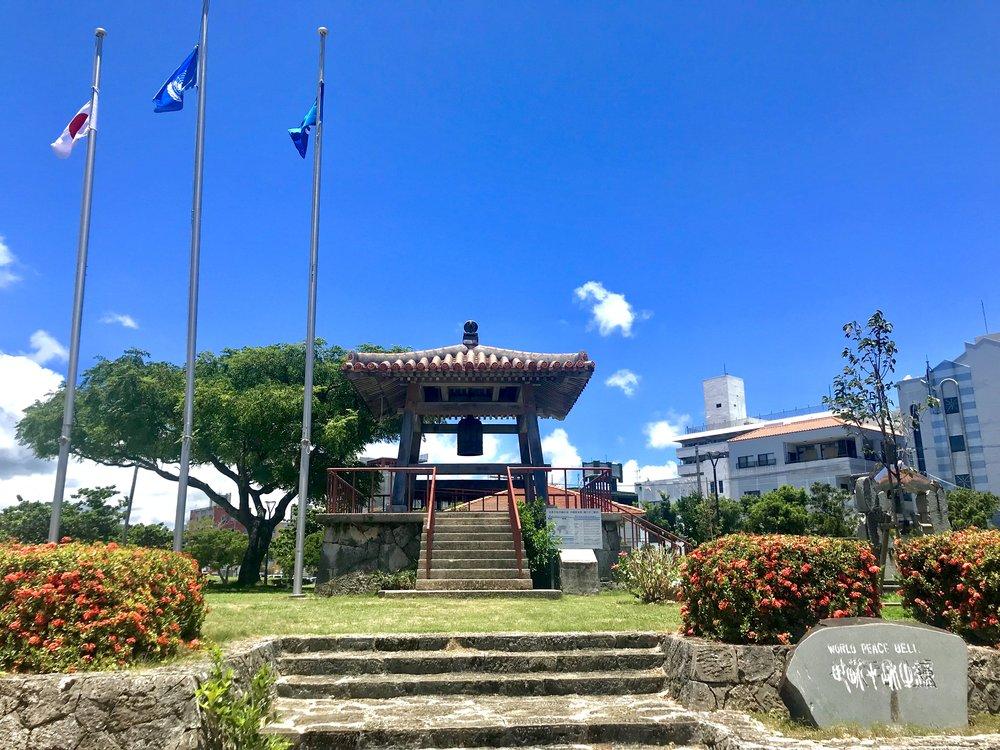 石垣市に設置されている世界平和の鐘と鐘楼