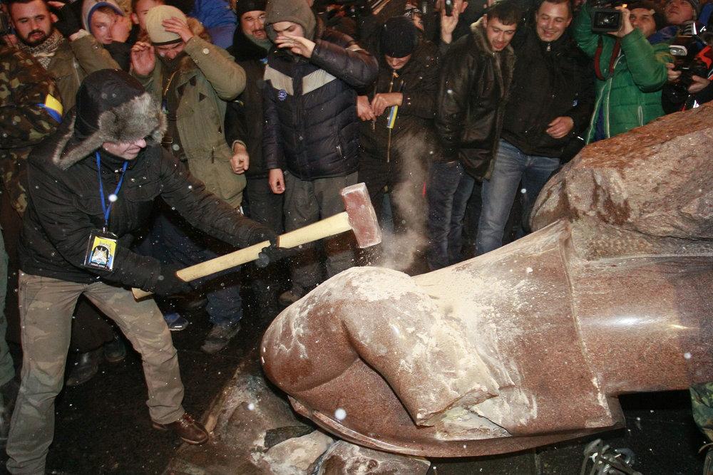 Protesters topple Lenin monument in Kiev,2013. (REUTERS, Stoyan Nenov)