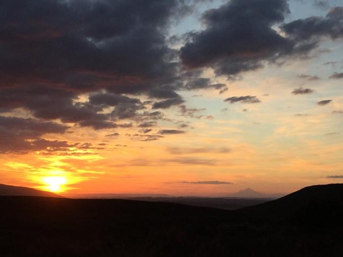 Mangatepopoのキャンプサイトからの夕日(ていっても夜9時頃)。遠くにラストサムライの舞台になったMt.Taranakiが見える。