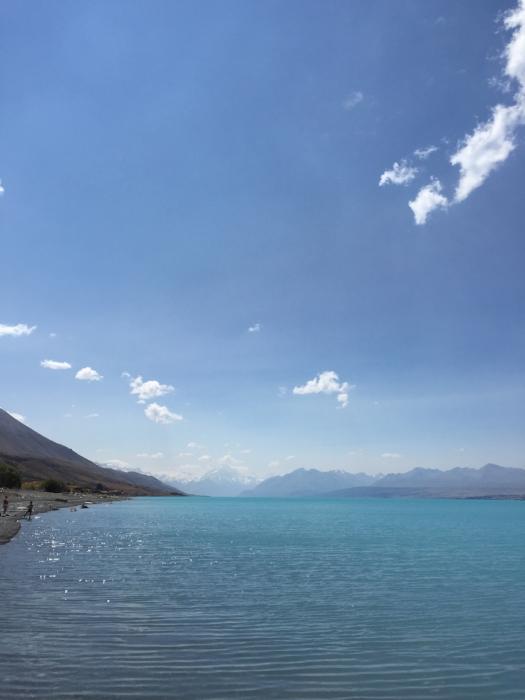プカキ湖からマウントクックを望む。遠くからみるともっとエメラルドグリーン色。