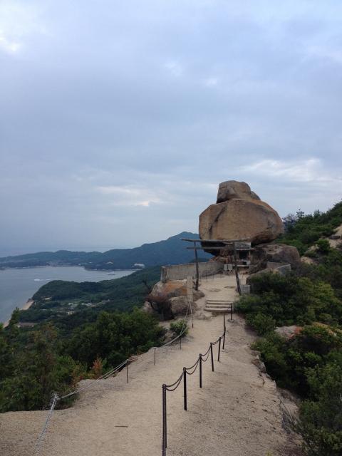 ちょっと足を滑らせたらそのまま下まで行ってしまう断崖に挟まれた参道の先に見える巨石。