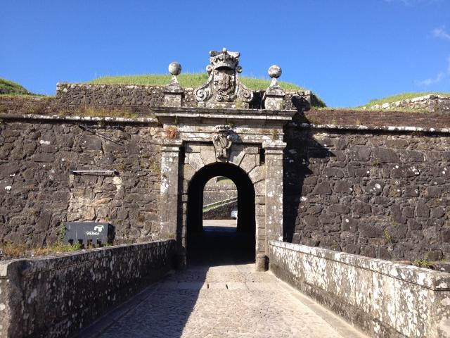 城壁の中への入り口。普通に車も通れる