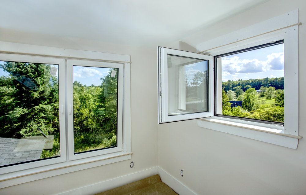 The Unity Homes at Douglas Ridge in Brunswick use Wasco, triple-pane (R7), European tilt-swing combo windows, all center-wall mounted for eƒciency and weather protection. Shown here, looking out over 280 acres of conservation land. Photo: Tim Greenway