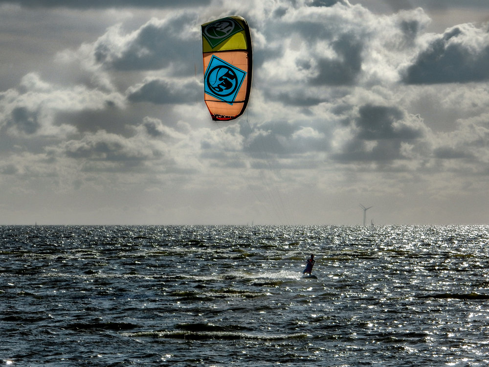Kite surfing voor de kust van Hindeloopen