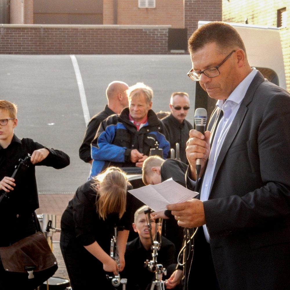Wethouder Frank Niens tijdens de onthulling