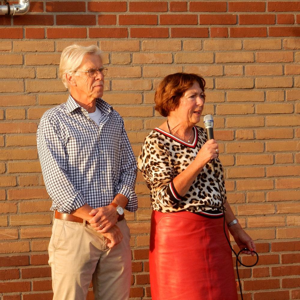 De voorzitter, Diny Heidenrijk, voert het woord namens de Fotoclub Salland
