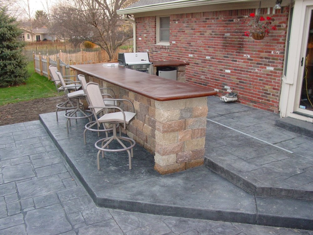 Large Ashlar Slate Stamped Patio with Sable base and Charcoal Gray Release, Limestone Bar Base with Acid Stain Countertop