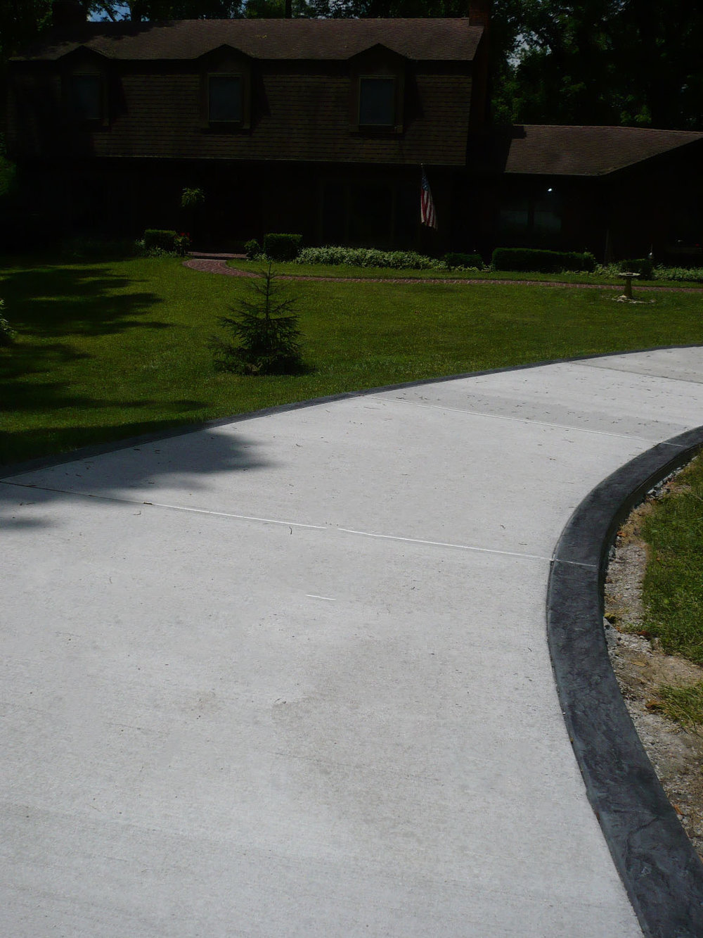 Broomed driveway, slate texture border with dove gray color and charcoal gray release
