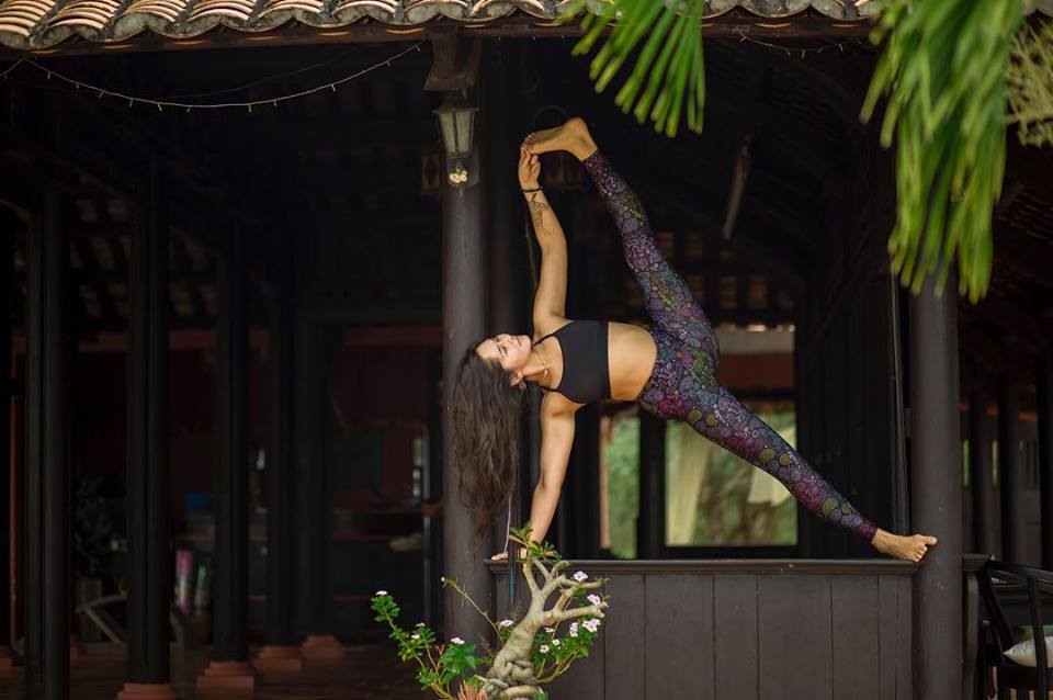 aloha-yoga-retreat-elvina-ensh-side-plankl.jpg