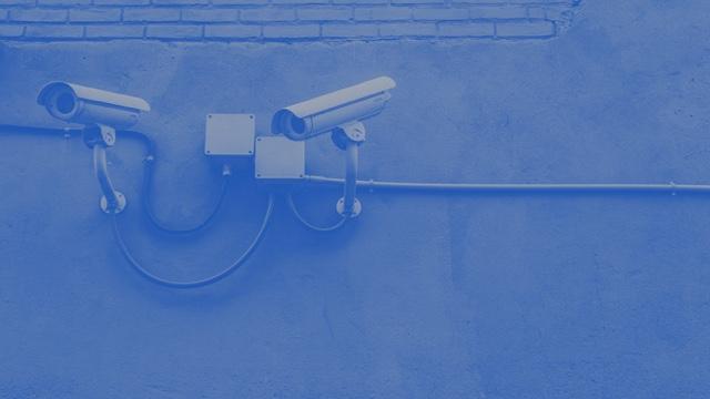 監視社会とプライバシー - 安価になったカメラなどのセンサーと、センサーからの大量のデータを高速に処理する技術の進化により、政府や企業が人々の場所や行動をリアルタイムに把握することが可能になりつつあります。これは、防犯やテロの防止、もしくは、よりきめ細かなサービスの提供という意味では大きなメリットがありますが、反面として人々のプライバシーが侵害されるという問題を持っています。最近、Microsoft がこの問題に関して、声明を出しました(参照:Facial recognition technology: The need for public regulation and corporate responsibility)。とても良い資料なので参照してください。