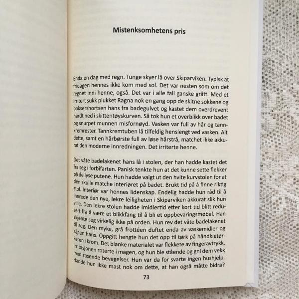 Neste smakebit  Mistenksomhetens pris  av Monica Evaldsdatter Dahlskjær