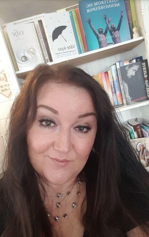 """Monica Evaldsdatter Dahlskjær   Instagram :  @indriela   Blogg:   www.indriel.no  Forfatteren av novellen «Mistenksomhetens pris» er en 52 år gammel nordlending bosatt i Stjørdal. Dahlskjær skriver tekster i mange sjangre. Hun publiserer også artikler og tekster på sin egen blogg. Høsten 2017 debuterte hun med både et dikt og en novelle i antologien «Vilje», utgitt av Alea Forlag. Våren 2018 be to av hennes dikt valgt til antologien «Hjerterom og menneskespor», Velferdalliansens jubileumsbok. Dahlskjær har også skrevet en rekke artikler og vært med i Lymfepostens redaksjon, Norsk Lymfødem og Lipødem Forenings medlemsblad. Dahlskjær har bakgrunn som førskolelærer. Hun driver nå sitt eget foretak som tilbyr kurs i personlig utvikling, healing, rådgiving/veiledning, og mediumvirksomhet. I disse dager fullfører Monica sin første roman.  Les begynnelsen på novellen """"Mistenksomhetens pris"""""""
