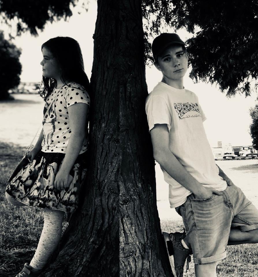 """Kreamesik Instagram:   @kreamesik  Den kreative duoen Sperre & Kjartanson står bak boken """"Spøkelsesprinsessen"""" som utgis på Tegn Forlag i slutten av oktober. De har utarbeidet boken fra det som opprinnelig var et filmmanus skrevet av Sperre. Kreamesik har tidligere laget flere kortfilmer, og er begge ivrige fotografer og skribenter. De bor i Bergen og på fritiden liker de blant annet å trene, gå på auditions, game, reise og å være med venner.  Les et utdrag fra """"Spøkelsesprinsessen"""""""