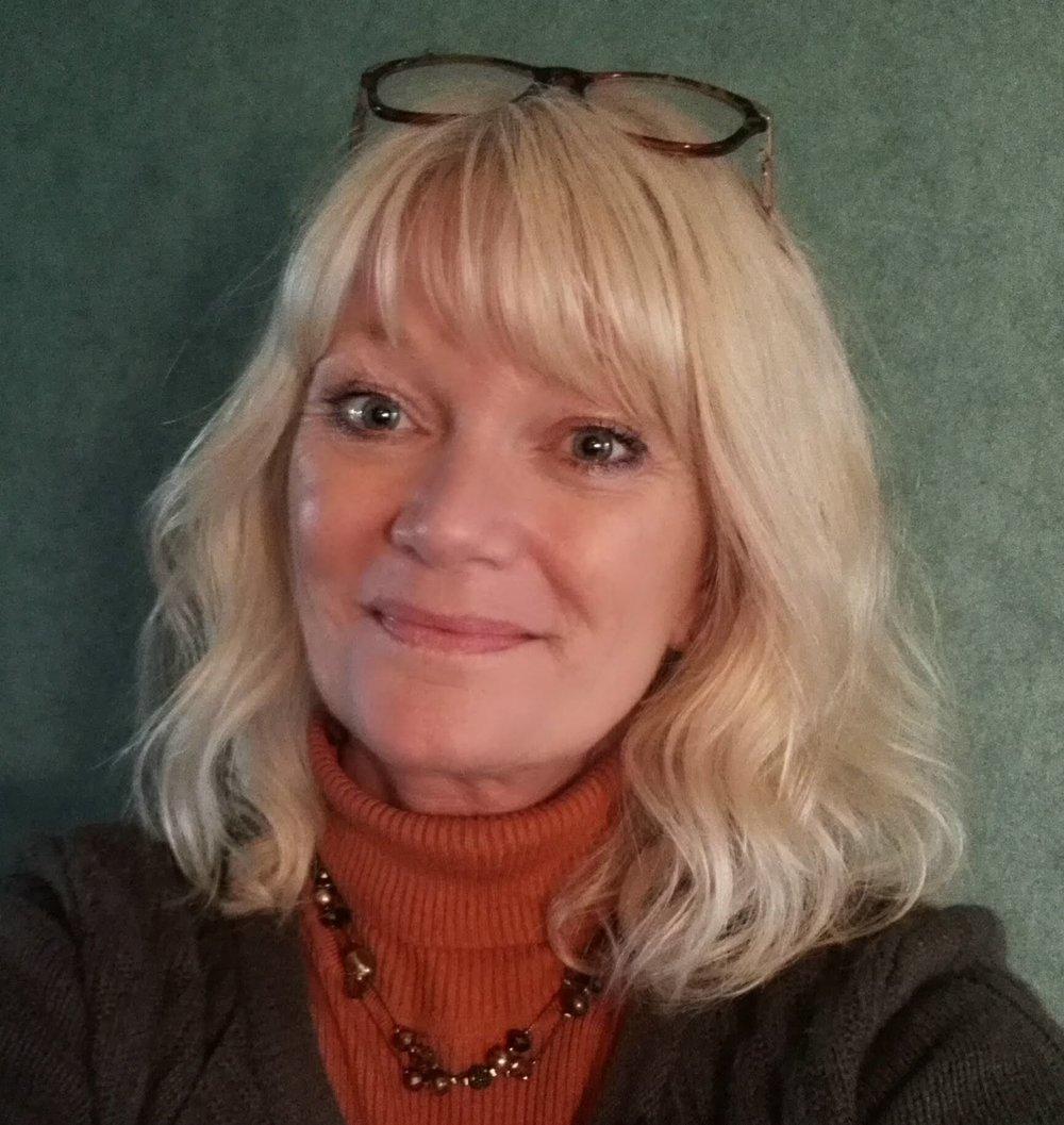 """Heidi Kahrs Damm   Instagram :  @heidilinen   E-post:  heidi@heidilines.no  Heidi Kahrs Damm har tegnet seg gjennom livet som tok til i 1960. Hun kan ikke forestille seg et liv uten blyanter, tusjer & pensler og Photoshop. Besettelsen førte henne til Otis/Parsons School of Design i Los Angeles i 1984. Etter 3 år i USA returnerte hun til Norge med blanke ark, og måtte erkjenne at tegning er ensomt arbeid. Løsningen ble en kombinasjon av 50% reiseliv, 50% kreativ. Etter 25 år ble reiseliv byttet ut med eldreomsorg, og hun er nå er ansatt som aktivitør på et eldresenter. Tegning er fremdeles obligatorisk og fungerer som batterilader, meditasjon og freelancejobb. Kundene er mange og varierte og inkluderer oljefirma, skoler, en medisinsk innovasjonsaktør, tidsskift og ukeblad, samt private. Heidi er lykkelig gift og har 3 voksne barn + 2 voksne bonusbarn. Hun har utgitt 3 barnebøker med Bliss symbolspråk på eget forlag, støttet av foreningen Leser søker bok.  Heidi har illustrert boken  """"Spøkelsesprinsessen""""  av Sperre & Kjartanson. Hun illustrerer også bøkene """"Krabben Klara og konkylien"""" og """"Ninjana"""" som begge kommer i 2019. Heidi har også andre prosjekter på gang i samarbeid med Tegn Forlag."""