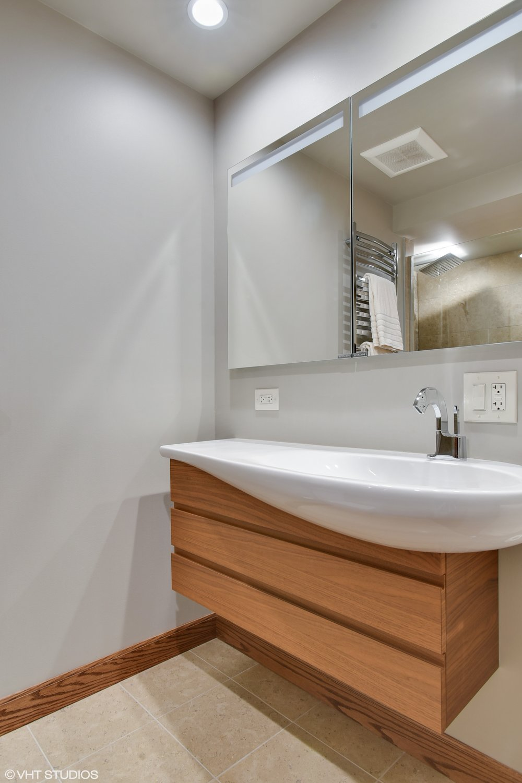 25_175EDelaware_9008_8001_Bathroom_HiRes.jpg