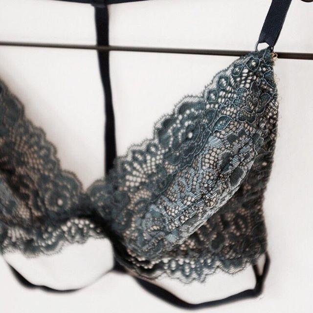 Jungle animal 〰️ #bralette #green #lingerielover _____________________________________________  #intimates #lingerielife #lingerieaddict #lovelace #lace #lovelingerie #lacebralette #delicate #essentials #handmade #instalingerie #bloggerstyle #blogger #luzern #switzerland #instastyle #lingerieblogger #fridaymood #friday #weekend #instafashion