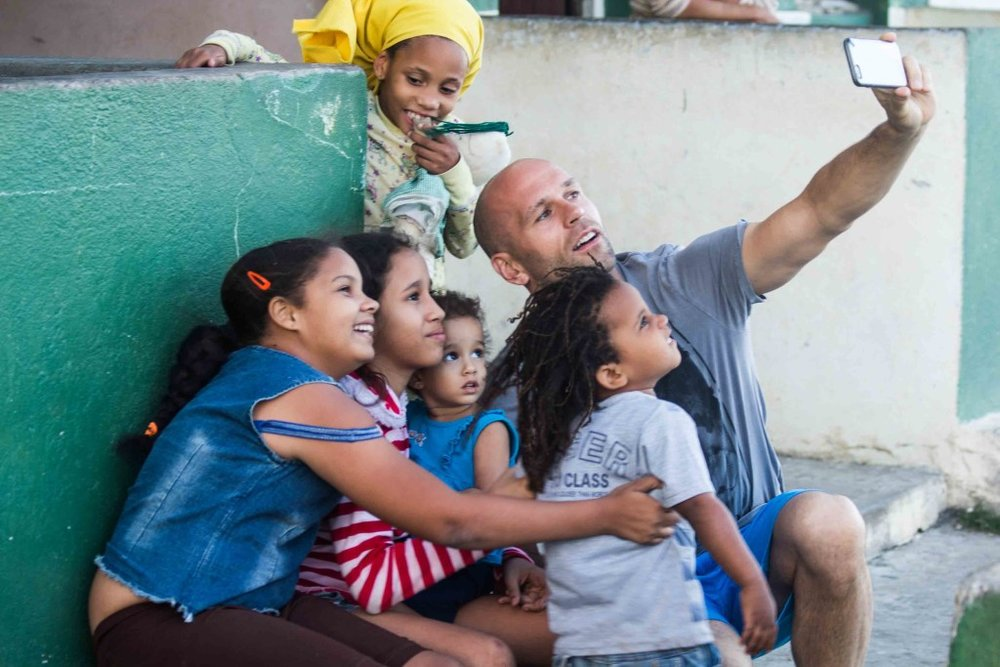 An American with children in Cuba