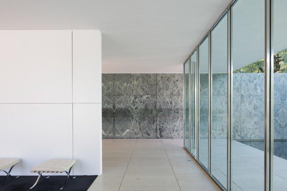 bref-88-Mies-Paviljoen-krijgt-witte-panelen-2-1024x683.jpg