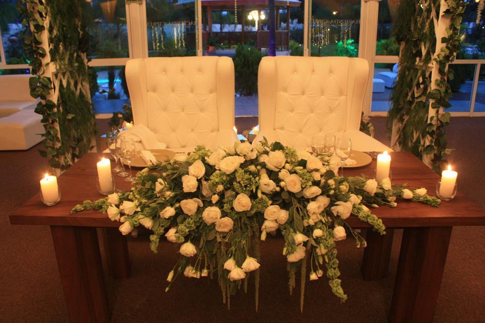 Decoración - *Arreglos florales naturales sencillos por mesa*Arreglo floral sencillo para mesa de novios*Mesa imperial y sillones para los novios*Antorchas de ingreso