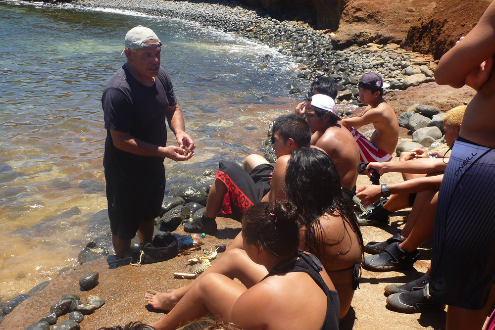 The konohiki (traditional expert and manager) of Mo'omomi, Moloka'i, teaches fisheries knowledge to a class of high school summer students. © WPRFMC