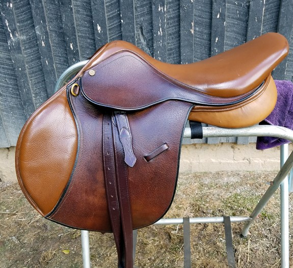 Collegiate Close Contact Saddle - This is a 17