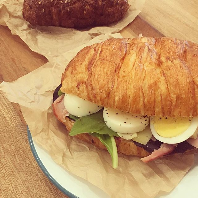 Looking for a breakfast.🍳 Croissant sándwiches + ham +egg +gruyere chesse+ spring mix. #presentbakery #happycroissants #livinginthepresentmoment
