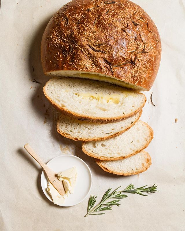 Today Be present with a rosemary and cheese bread. perfect for today .... create a special moment with a wine and a pasta🍷.
