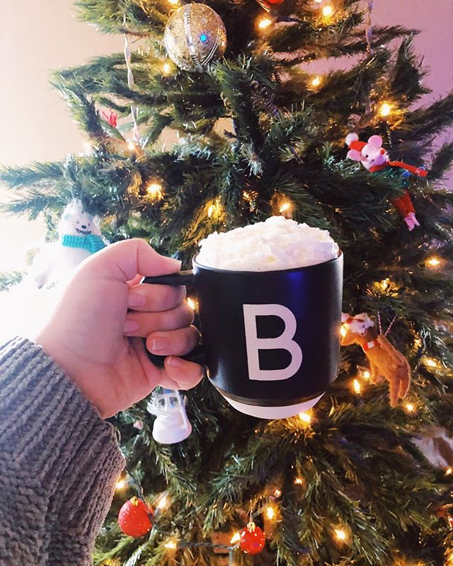 Christmas tree is up, and it's time for the first Harry Potter puzzle of the season 🎄 Each day that we are inching closer to Christmas, we are also inching closer to our wedding on the 22nd. As you can see by my 'B' mug, I am so excited to be Mrs. Balkcom. ✨ Our Christmas tree is a hand-me-down from my parents, the same tree from every Christmas of my childhood. I love having it in our apartment as we start our lives together. For now, I've filled it with the quirkiest felt ornaments from @target, ones that made us laugh together, and ones that Walt and Lou can't break. I look forward to all of the ornaments I will collect over the years from students, and from our wedding anniversaries. Sorry to get sentimental folks, Christmas always does it to me. Have a relaxing Sunday! 🥂 • • • #tampablogger #tampainfluencer #christmasmood #cupofcheer #target #targetfinds #targetregistry #plussizeblogger #plussizebride #bride #weddingblog #bloggerlife #lifestyleblogger