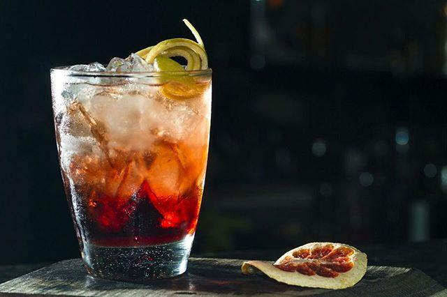 Yiya Murano - Aperol • vermouth dry • licor de cassis • jugo de limón • granadina • agua de azahar • cosecha tardía rosado