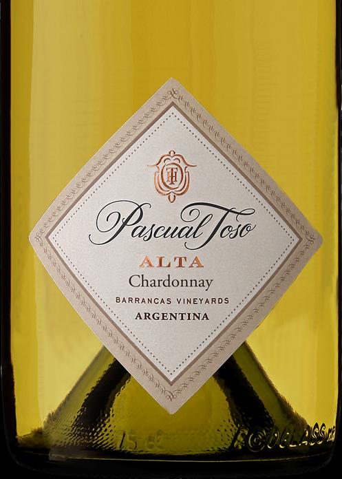 Pascual Toso Alta Chardonnay 2017 ($865) - En línea con el anterior y nuevamente 100% Chardonnay, sube unos escalones en elegancia y complejidad. Por su perfil se lo siente unos grados más moderno que el anterior, alejándose de los estilos más mantecosos y pesados. Es pura frescura, pero de alta gama.Tiene un principio ácido y refrescante pero luego, en la mitad de la boca se vuelve más untuoso e intenso, terminando con un final bien largo y persistente.