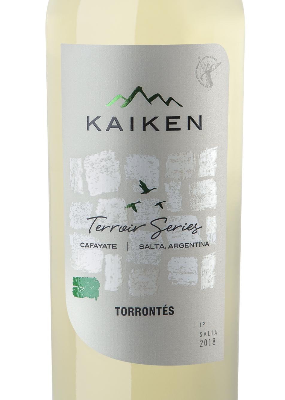 Kaiken Terroir Series Torrontés 2018 - Es un vino elegante, de un atractivo color verde brillante. En nariz sorprende con una deliciosa y variada expresión aromática en donde se distinguen los clásicos caracteres a flores blancas como jazmín, que se entremezclan con una delicada y fresca nota frutal de cáscaras de naranja y pomelo.En el paladar revela una refrescante acidez que, sumada a sus capas de sabores, lo convierten en un vino ideal para acompañar la primavera y el verano. Se recomienda servir a 12°-13°C.