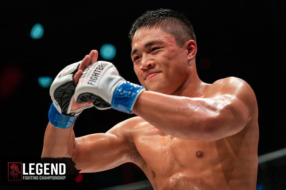 LEGEND 12 Main Event 头条赛事冠军获胜者田袭举手作揖。